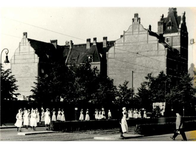 Ostseite des Viktoriahauses mit Schwestern 1920er